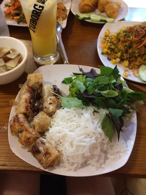 Rouleaux de printemps végétariens, nouilles de riz, salade et menthe.